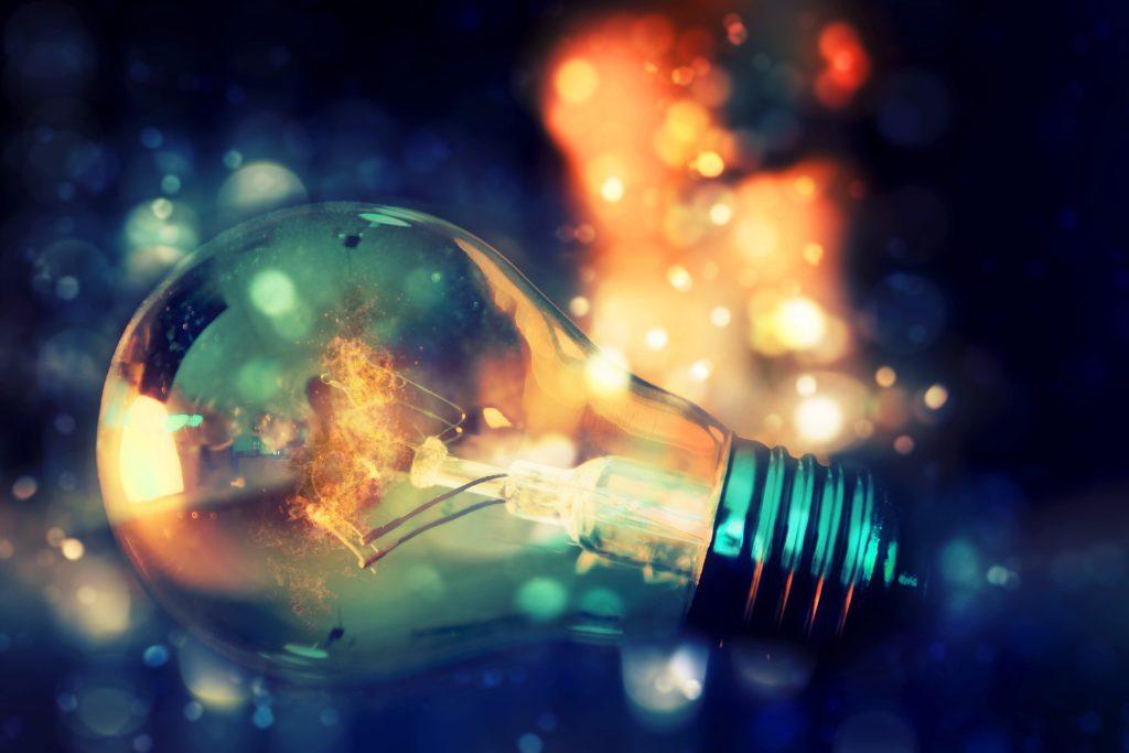 Une ampoule entourée de lumières diverses pour exprimer qu'il est impossible au cerveau de créer quelque chose qu'il ne connait pas.